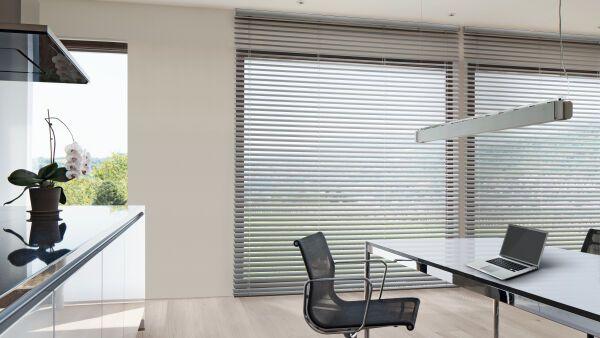 innenliegender sonnen und blendschutz mit horizontal jalousien ais. Black Bedroom Furniture Sets. Home Design Ideas