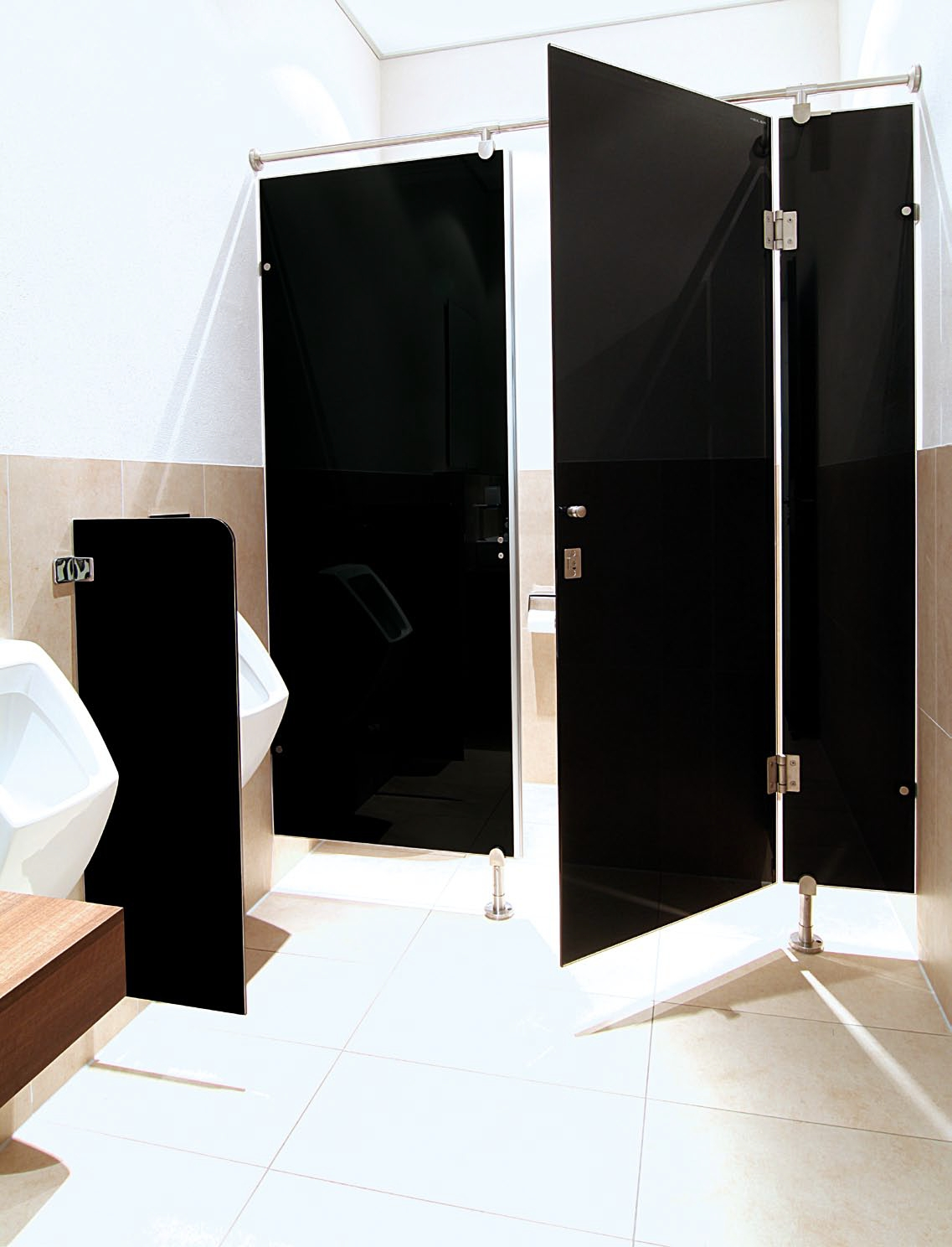 heiler glas trennwandsysteme rahmenlose wc trennw nde urinal trennw nde ais. Black Bedroom Furniture Sets. Home Design Ideas